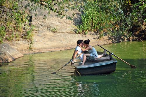 Картинки про любоввь - Поцелуи в лодке