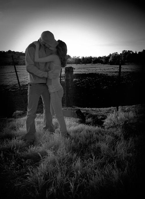 Поцелуй на черно-белом - картинки про любовь