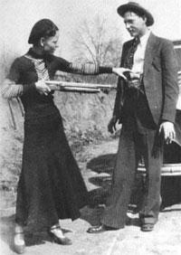 Бонни и Клайд «играют в бандитов»