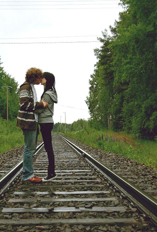С поцелуем по шпалам - картинки про любовь