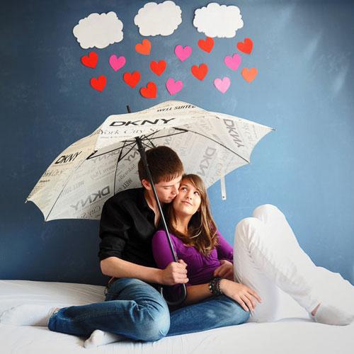Юная пара под зонтом - картинки про любовь