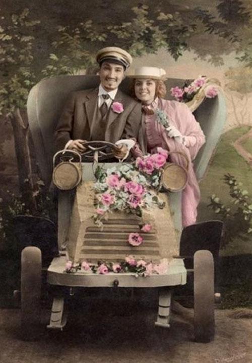 Красивая влюбленная пара в авто - старое студийное фото