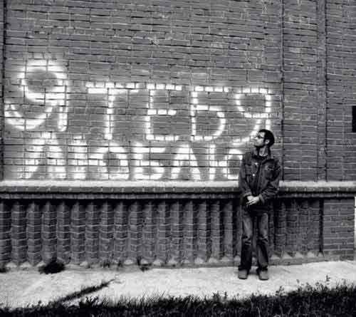 У стены стоял и надпись написа