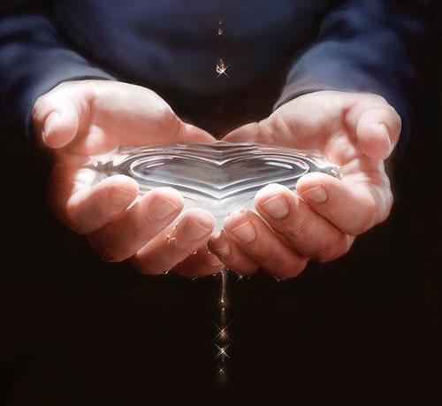 Сердце в ладони из воды