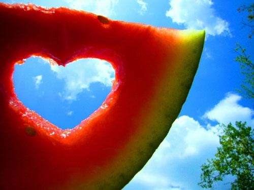 Арбузная любовь - сердце вырезанное в дольке арбуза