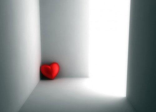 Красное сердечко в белой комнате