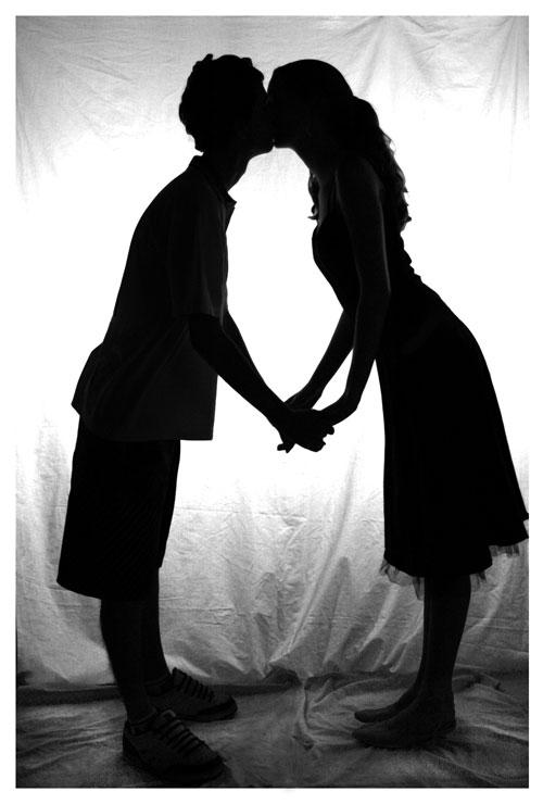 Силуэты в влюбленных, поцелуй
