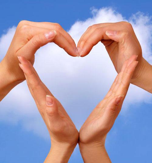 Сердце из рук на фоне неба
