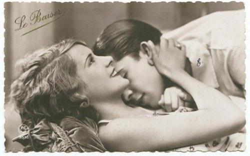 Поцелуй в шею и объятия - старое фото