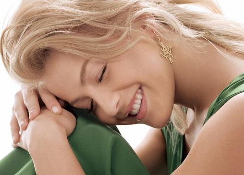 Улыбка счастья красивой девушки