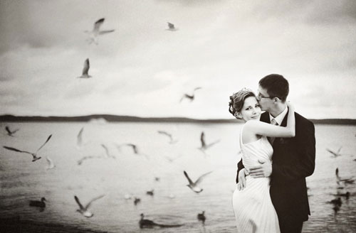Осенний пляж, влюбленная пара и чайки...