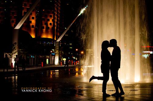 Вечерний поцелуй у фонтана