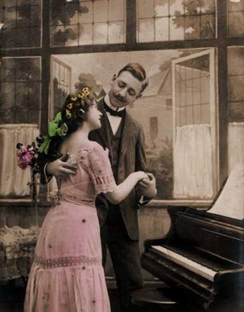 Влюбленная пара у пианино - старое фото