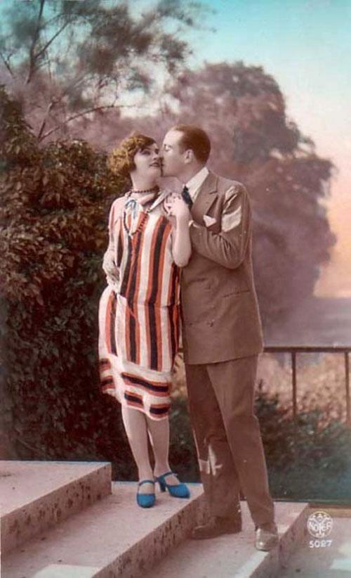 Нежный поцелуй в утреннем парке - старое фото