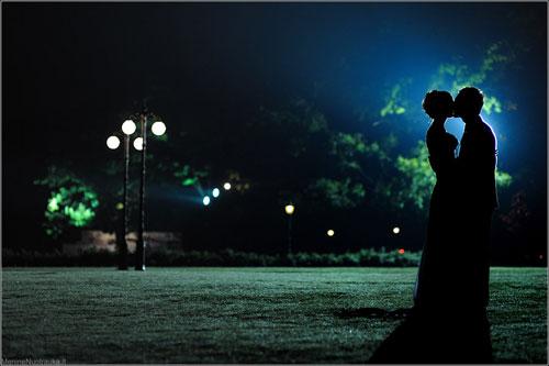 Любовь, вечер, два силуэта и поцелуй