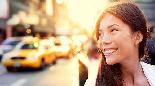 Влюбленная улыбка в утреннем городе