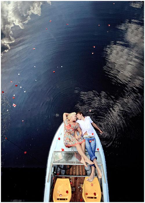 Они лежали в лодке с лепестками роз