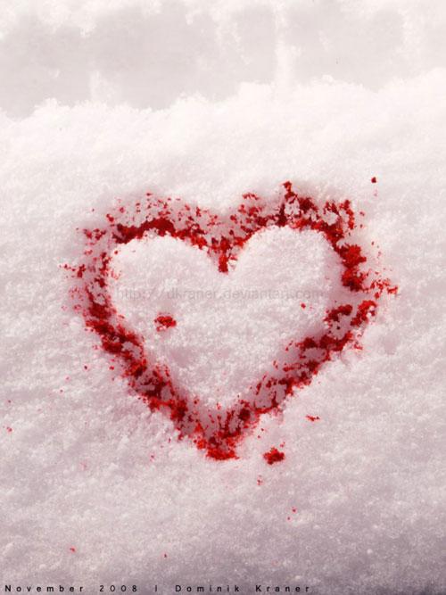 Сердце красным на снегу