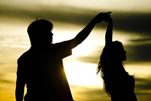 Танец в бронзовом закате