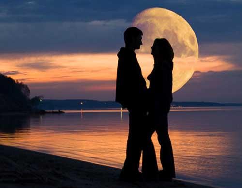 Два влюбленных силуэта на полной луне