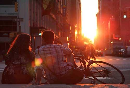 Романтический закат в городе
