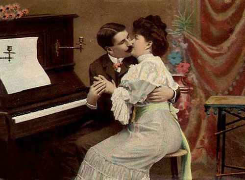 Поцелуй у пианино