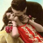 Поцелуй влюбленных, розы и красное платье...