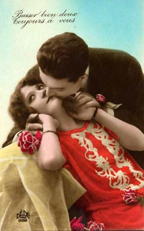 Поцелуй влюбленных, розы и красное платье... - старое фото