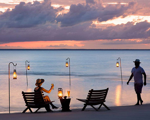 Романтический пикник на пляже на закате