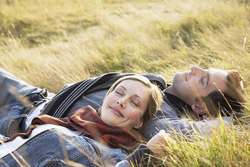 В сладкой неге на траве...