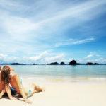 Смотрели влюбленные в небо, лежа на тропическом пляже