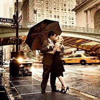 Взахлеб целовалась влюбленная пара