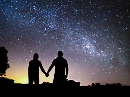Два силуэта в звездном небе