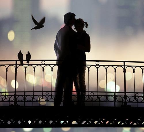 Вечер, мост, влюбленные и голуби
