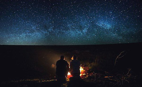 Костер любви на фоне звездного неба