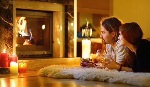 Свечи, камин, два бокала в руках у влюбленных...