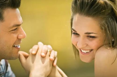 Застенчивая улыбка влюбленной