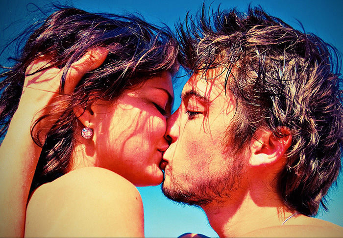 Поцелуй в лучах солнца