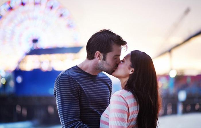 Поцелуй в парке аттракционов