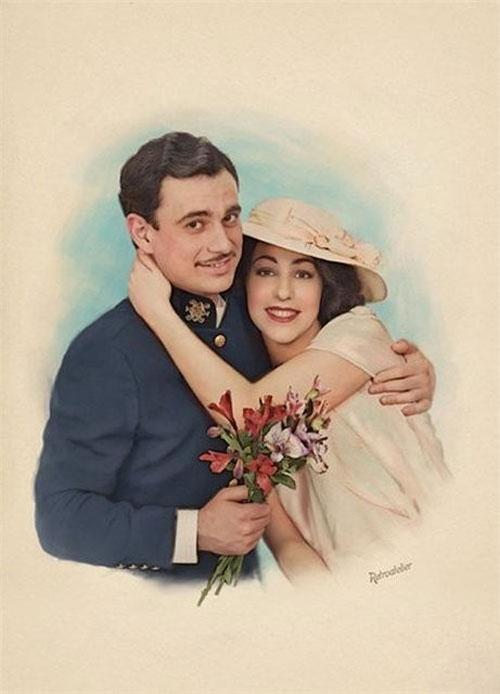 Счастливые влюбленные с букетом - старое фото