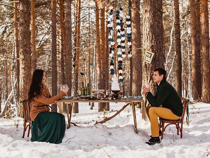 Зимний романтический обед в лесу