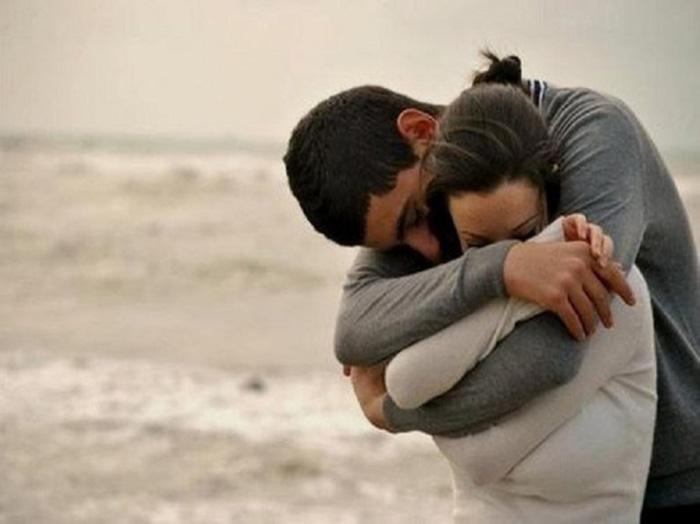 Осенний пляж, объятья и любовь