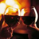 Вино в бокалах, камин и романтика
