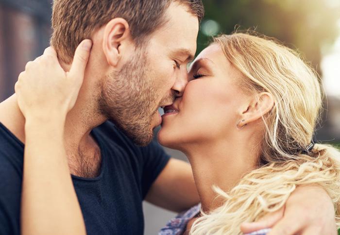 Поцелуй в солнечный день