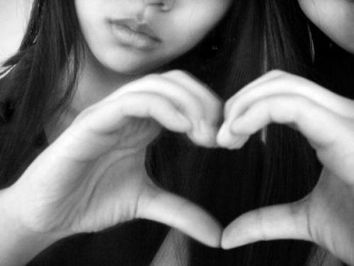 Сердце сложенное из двух рук...