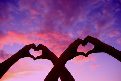 Два сердечка на фоне фиолетового неба
