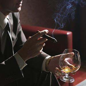 Мужчины курят и пьют