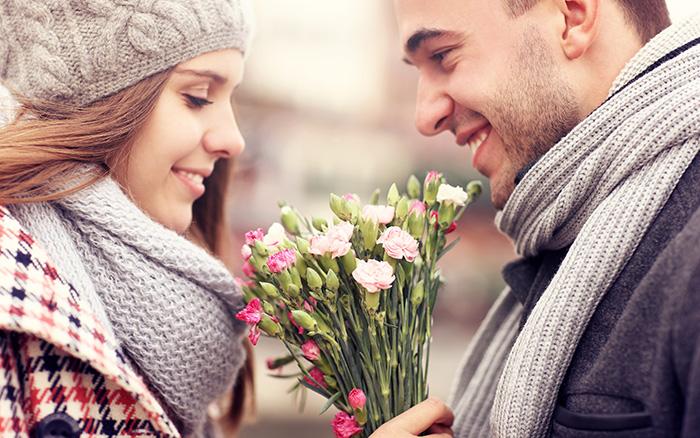 Застенчивая улыбка и искренний букет