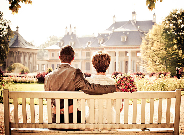 Двое на скамейки возле дома мечты
