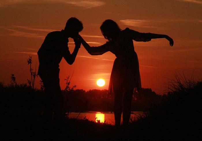 Целую руку в лучах заката